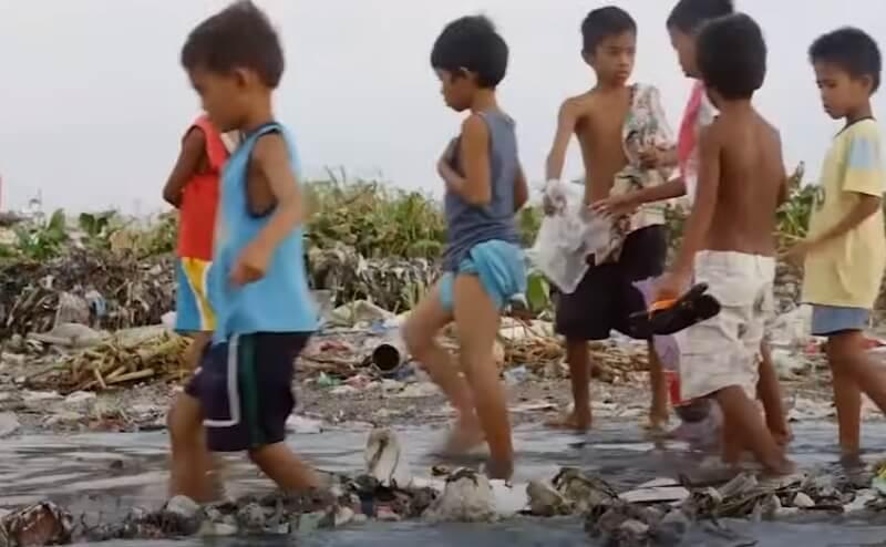 A quoi sert l'argent, quand on voie des enfants jouer dans une décharge de plastique sur la plage.